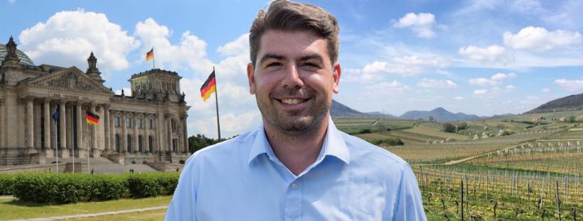 Thomas Hitschler auf einer Bildmontage mit dem Foto des Reichstages auf der linken Bildhälfte im Hintergrund und auf der rechten Seite im Hintergrund ein Foto aus dem Wahlkreis der Weinberge.