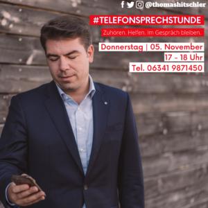 Thomas Hitschler schaut auf das Smartphone zur Bewerbung der Bürgersprechstunde.