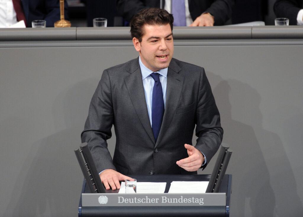 Thomas Hitschler im Bundestagsplenum an Redenpult