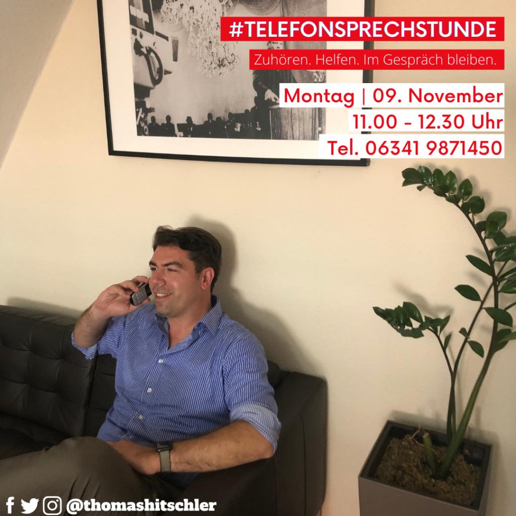 Thomas Hitschler sitzt auf der Couch und telefoniert. Bild zur Ankündigung der Sprechstunde.